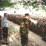 Kolonel Maliq Doçi duke iu folur ushtarëve në Helshan, derisa në krah tij është Xheladin Gashi-Plaku.