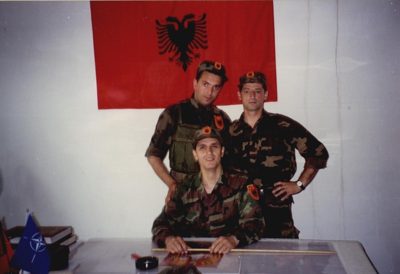 Në Kukës në selinë e operativës...: me Gramoz Kelmendin dhe Agron Haradinajn.