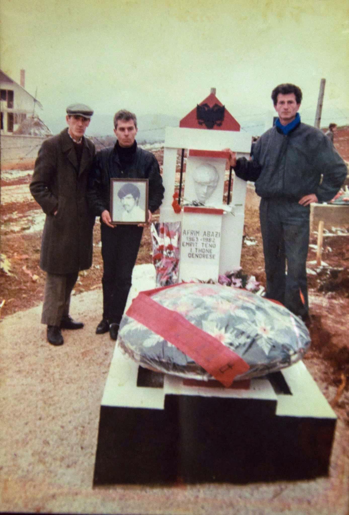 Pranë varrit të bashkëveprimtarit Afrim Abazit (anëtar i ish-PKMLSHJ-së, i mbytur nga UDB-ja në stacionin policor të Ferizajt në vitin 1982): nga e majta Fehmi Hajrullahu, Imri Ilazi (shoku më i ngushtë i Afrim Abazit) dhe në të djathtë tanimë dëshmori Sejdi Sejdiu