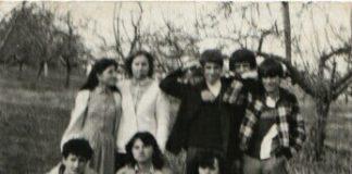 Fotografi e kohës e një pjese të grupit Shote Galica: nga e majta në këmbë Bukurije Sadiku motra e Naim Sadikut (anëtare e pazbuluar/e padënuar), Hadije Olluri (anëtare), Naim Sadiku (anëtar) dhe krejt në të djathtë është Naim Hajrullahu. Në mes të këtyre dy të fundit në foto është edhe gazetari Raif Mahalla (i cili nuk ka qenë anëtar i grupit). Nga e majta ulur në fotografi janë Fatmir Neziri si dhe Nadije e Florije Hajrullahu (që të tre anëtarë të grupit).