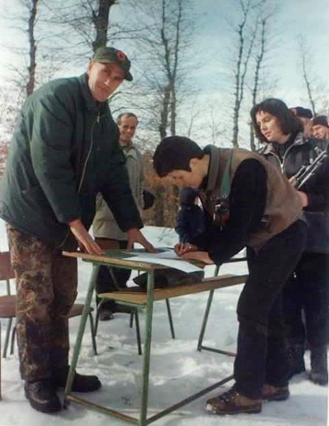 Fehmi Hajrullahu në Jezercë duke u përgatitur për betimin e ushtarëve të UÇK-së. Në foto është duke u shënuar edhe heroina e tri luftrave çlirimtare, Hyre Emini (Mira), e cila ra në altarin e lirisë bashkë me bashkëluftëtarin Tahir Sinanin në vitin 2001 në Maqedoni