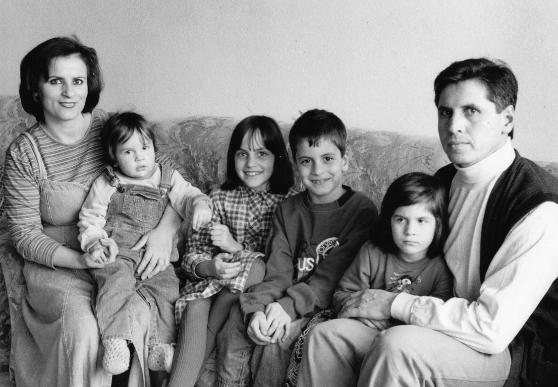 Früher und heute. Links: Remzije und Osman vor fast 20 Jahren in Schaffhausen mit den Kindern Diell, Ilire, Pajtim und Diellëza (v.l.).