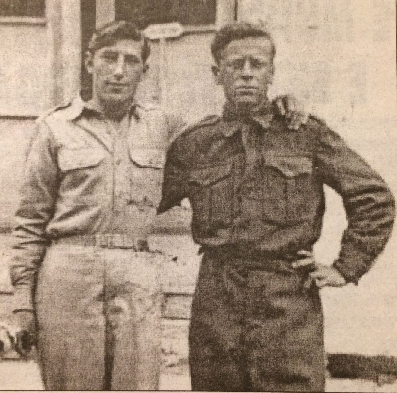 Halim Merolli dhe Remzi Barolli në Qipro (1954). I pari përdorte pseudonimin Kristo Popaqi, kurse i dyti, Remziu, Jani Beqari
