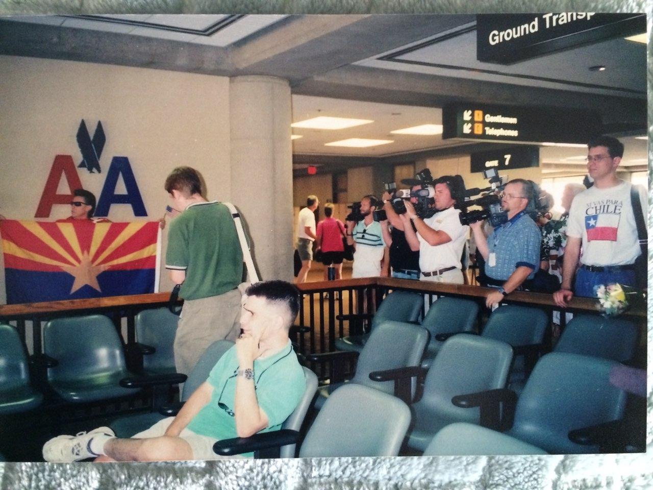 Kështu priteshin refugjatët shqiptarë nga Kosova në aeroportin e Feniksit, më 1999