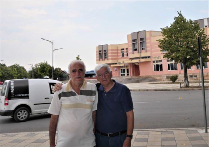 """Me autorin e librit , shkrimtarin Petrit Palushi para Shtëpisë së kulturës """"Hasan Prishtina në Kukës.)"""